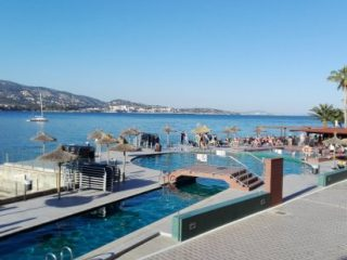 Alua Hawaii Mallorca & Suites pool by the sea